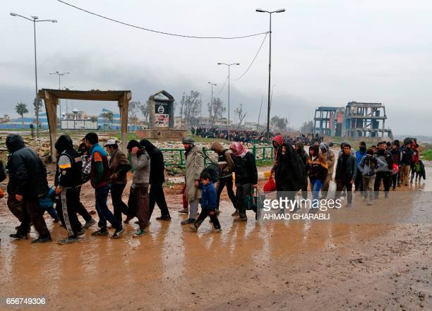 TOPSHOT Iraqi families fleeing fighting between Iraqi forces and jihadists of the Islamic State group walk in Mosul on March 23 2017 Iraqi forces...