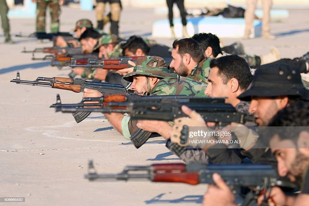 Iraqi fighters from the Saraya al-Salam (Peace Brigades), groups formed by Iraqi Shiite Muslim cleric Moqtada al-Sadr, take part in a training session on February 13, 2016 in al-Zubair, near the mainly Shiite southern city of Basra. / AFP / HAIDAR MOHAMMED ALI