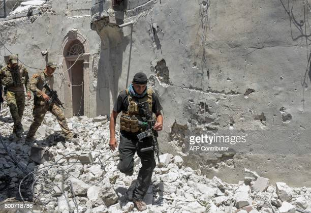 TOPSHOT Iraqi forces advance through the Old City of Mosul on June 25 during the ongoing offensive to retake the last district held by the Islamic...