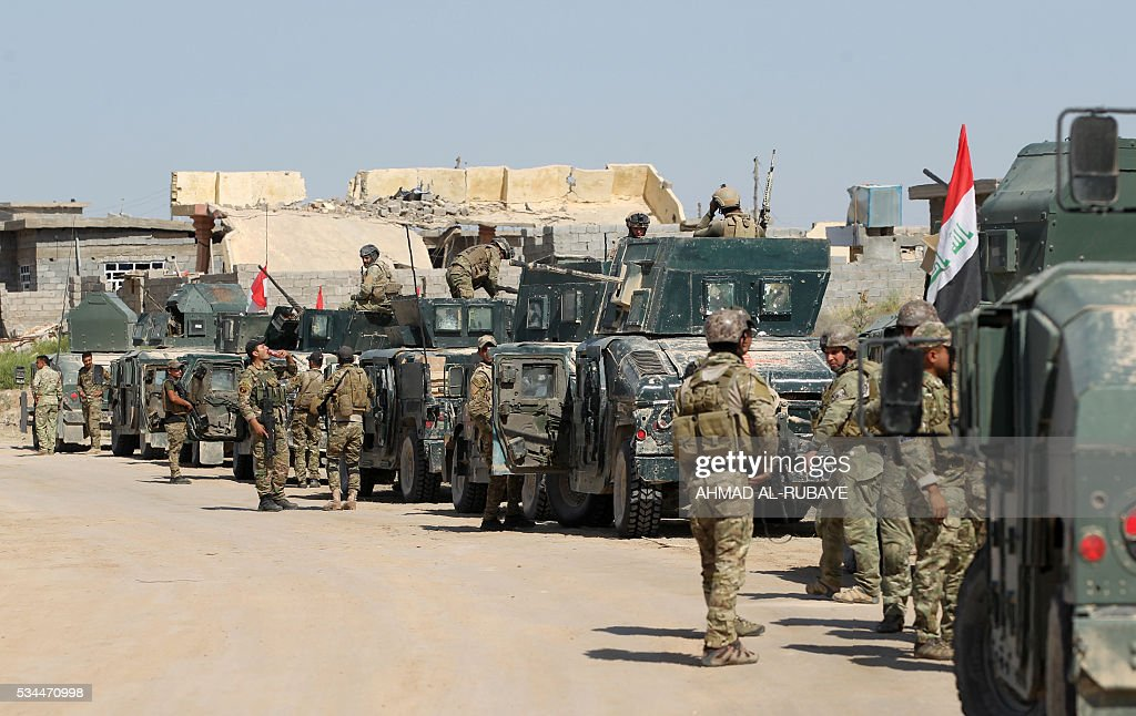 Iraqi government forces advance towards al-Sejar village, north-east of Fallujah, on May 26, 2016, as they take part in a major assault to retake the city from the Islamic State (IS) group. Tens of thousands of security forces are deployed in the Fallujah area for an assault aimed at retaking the city from the Islamic State group. Fallujah, which lies only 50 kilometres (30 miles) west of Baghdad, has been out of government control since January 2014 and is one of only two remaining major Iraqi cities still in IS hands, the other being Mosul. / AFP / AHMAD