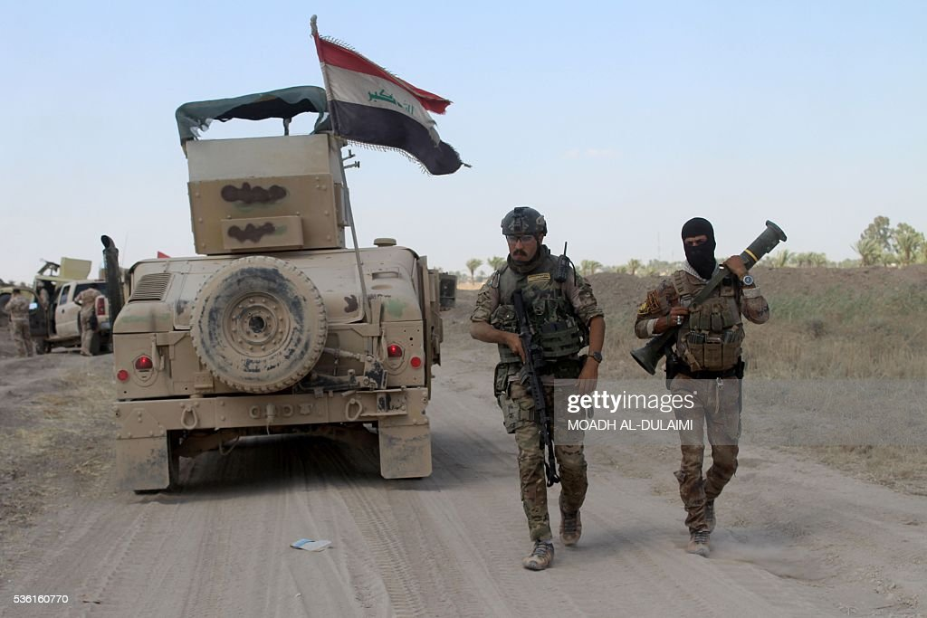 Iraqi pro-governement forces hold a position on a front line in the Albu Huwa area, south of Fallujah near the Euphrates river, on May 31, 2016, during an operation aimed at retaking areas from the Islamic State group. Iraqi forces launched an offensive a week ago to recapture Fallujah, which became an IS group stronghold after its fighters seized the city in January 2014. / AFP / MOADH