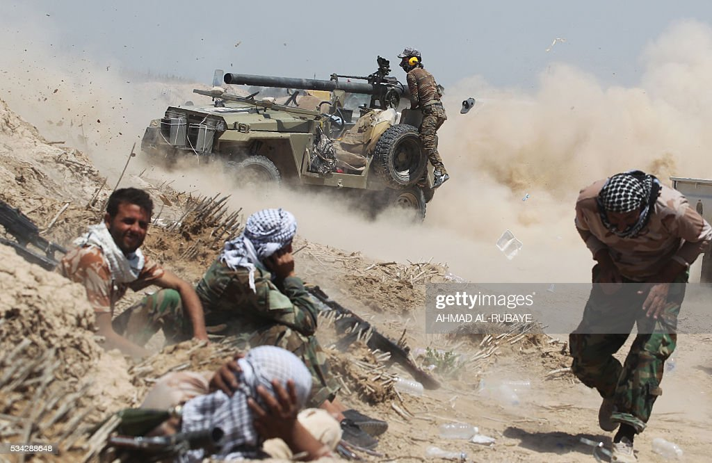 Iraqi pro-government forces fire an anti-tank cannon near al-Sejar village, north-east of Fallujah, on May 25, 2016, as they take part in a major assault to retake the city from the Islamic State (IS) group. Iraqi forces, consisting of special forces, soldiers, police, paramilitary-fighters and pro-government tribesmen, launched a major assault to retake Fallujah, the scene of deadly battles during the US occupation and one of the toughest targets yet in Baghdad's war on the Islamic State group. / AFP / AHMAD