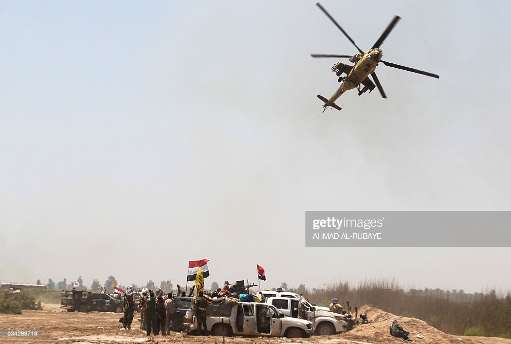 Iraqi pro-government forces gather near al-Sejar village, north-east of Fallujah, on May 25, 2016, as they take part in a major assault to retake the city from the Islamic State (IS) group. Iraqi forces, consisting of special forces, soldiers, police, paramilitary-fighters and pro-government tribesmen, launched a major assault to retake Fallujah, the scene of deadly battles during the US occupation and one of the toughest targets yet in Baghdad's war on the Islamic State group. / AFP / AHMAD