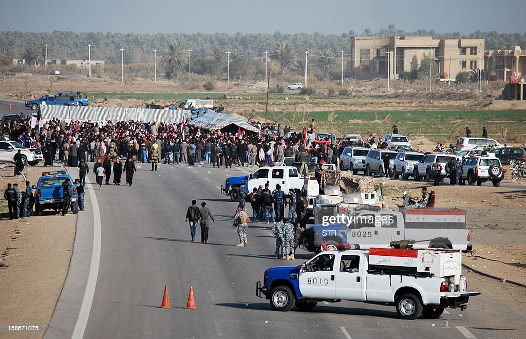 Iraqi protesters, demanding the ouster of premier Nuri al-Maliki, block on December 23, 2012 a highway in western Iraq leading to Syria and Jordan, in Ramadi. The protesters, including local officials, religious and tribal leaders, turned out in Ramadi, the capital of Sunni province of Anbar, to demonstrate against the arrest of nine guards of Finance Minister Rafa al-Essawi. AFP PHOTO/STR