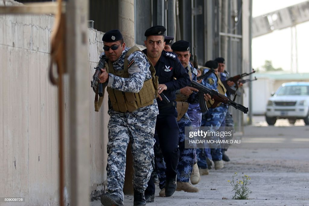Iraqi security forces, in charge of the port security, take part in an exercise to simulate a terrorist attack on February 8, 2016 at the Iraqi port of Umm Qasr near the southern city of Basra. / AFP / HAIDAR MOHAMMED ALI