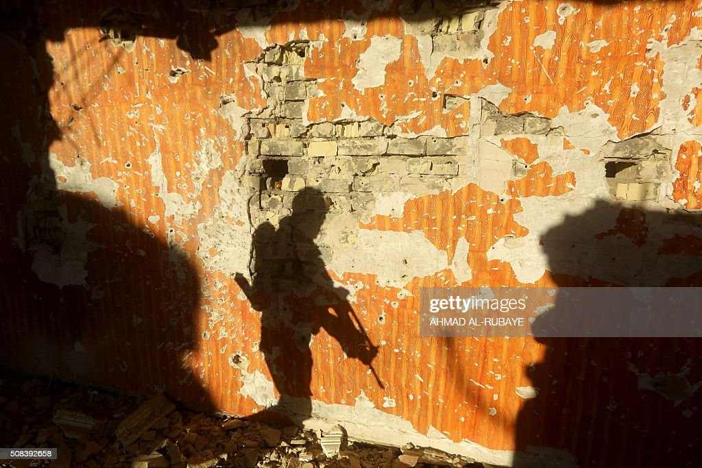 TOPSHOT - Iraqi soldiers patrol a suburb close to the area of Jweibah, east of the city of Ramadi, the capital of Iraq's Anbar province on February 4, 2016. Iraqi forces declared victory in December in the battle for Ramadi after wresting back control of the city's central government complex from the Islamic State (IS) group. / AFP / AHMAD