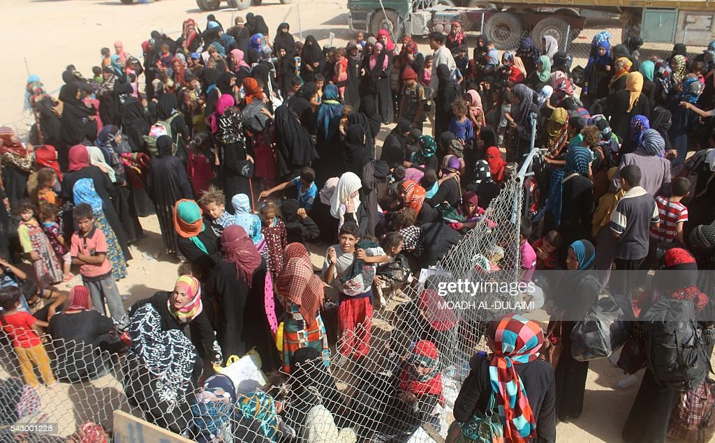 Iraqis displaced from al-Buthiab area north of Ramadi arrive at a makeshift camp, 18 kms west of the capital of Anbar province, where they are taking shelter, on June 25, 2016. Iraqi government forces retook control of the city of Ramadi from the Islamic State (IS) group in February 2016 but sporadic IS attacks there have continued. / AFP / MOADH