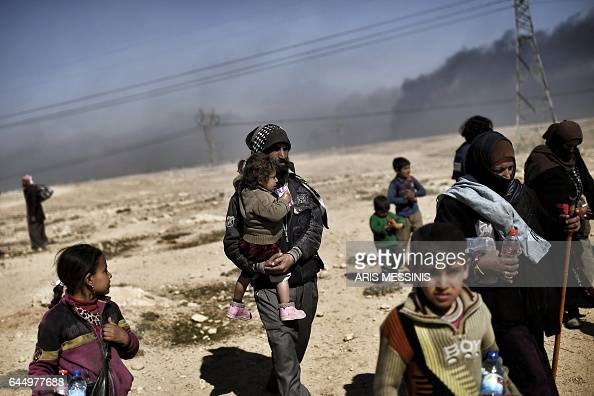 TOPSHOT Iraqis flee their neighbourhood in Mosul during fighting between Iraqi forces and fighters of the Islamic State group on February 24 2017...