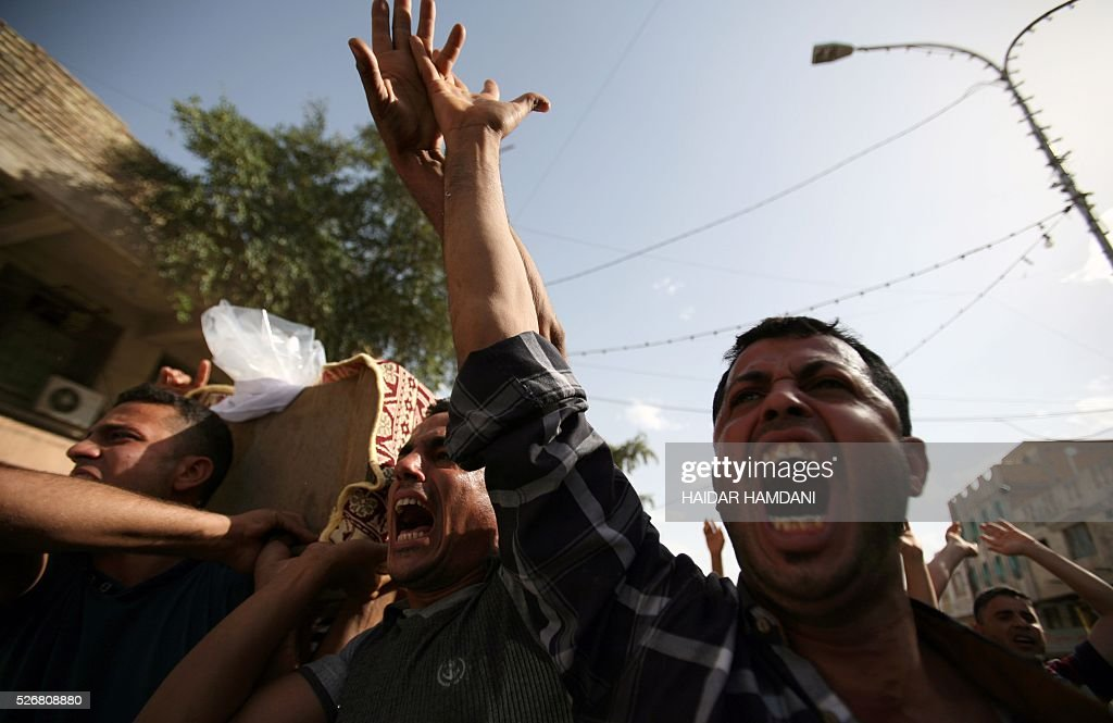 Iraqis shout as they carry the coffin of a victim following a twin suicide bombing attack, claimed by the Islamic State (IS) group, in the southern Iraqi city of Samawah, situated deep in Iraq's Shiite heartland, on May 1, 2016. HAMDANI