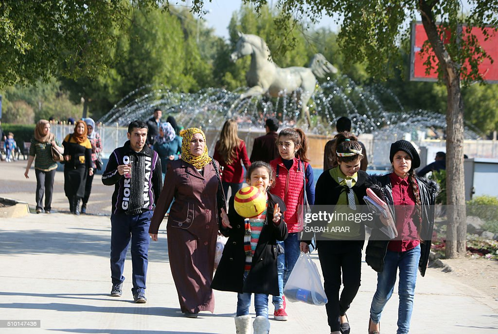 Iraqis take a walk on Valentine's day at Baghdad's Al-Zawraa Park on February 14, 2016. / AFP / Sabah ARAR