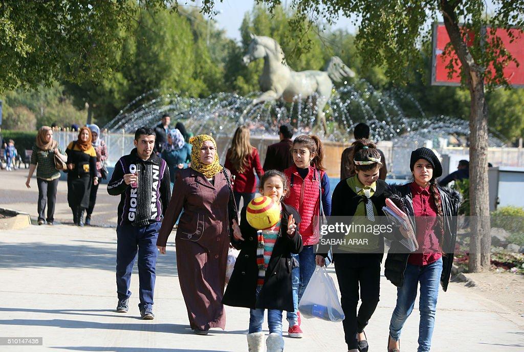 Iraqis take a walk on Valentine's day at Baghdad's Al-Zawraa Park on February 14, 2016. / AFP / Sabah ARAR