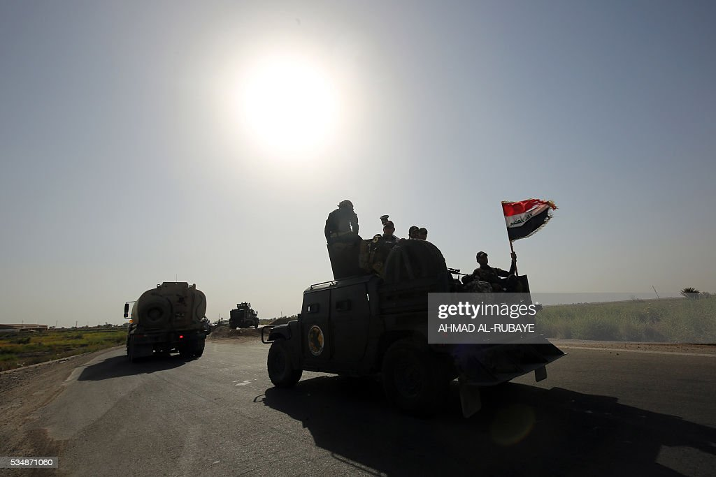 Iraq's counter-terrorism service (CTS) reach al-Sejar village in Iraq's Anbar province, on the boundaries of Fallujah, on May 28, 2016, as they take part in a major assault to retake the city of Fallujah, from the Islamic State (IS) group. Iraq's CTS, the country's best-trained and most battle-tested fighting unit, deployed on the edge of Fallujah for the first time since an operation was launched to retake the jihadist-held city, CTS spokesman Sabah al-Noman said. The CTS led the assault on several other major towns, cities and strategic sites across the country that were retaken from the jihadists over the past two years. / AFP / AHMAD