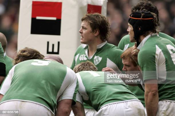 Ireland captain Brian O'Driscoll gathers his team mates under the posts
