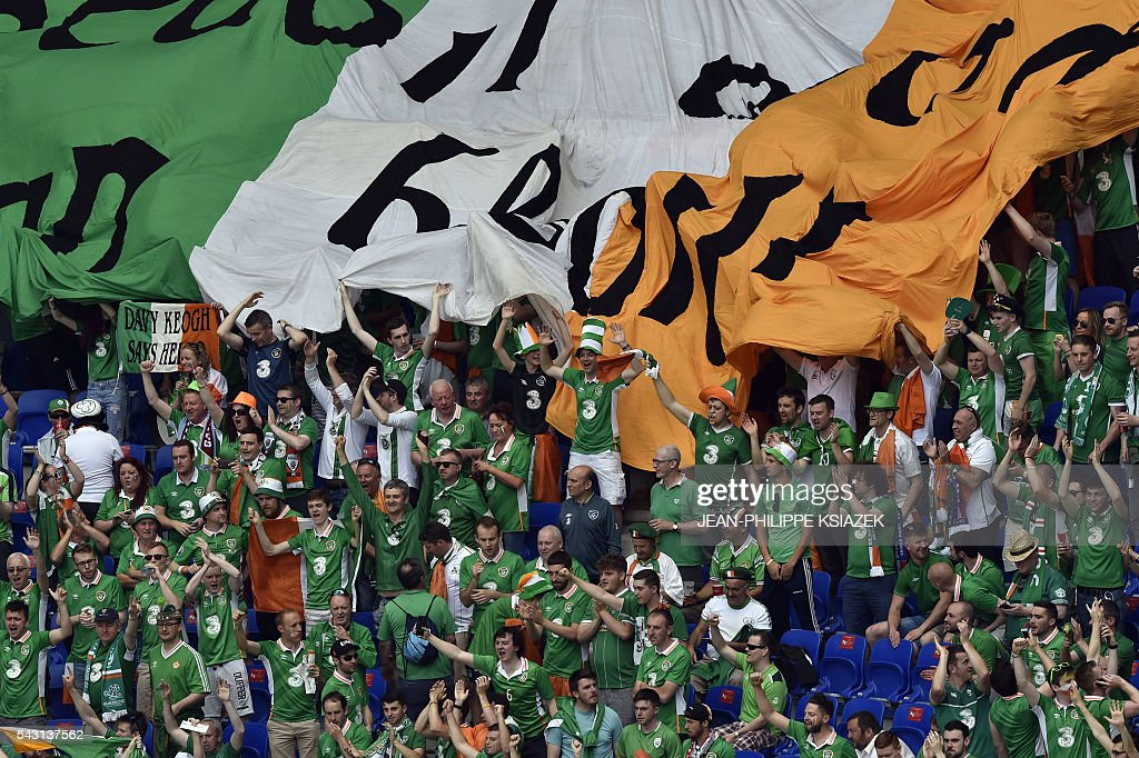 Ireland supporters cheer ahead the Euro 2016 round of 16 football match between France and Republic of Ireland at the Parc Olympique Lyonnais stadium in Décines-Charpieu, near Lyon, on June 26, 2016. / AFP / JEAN