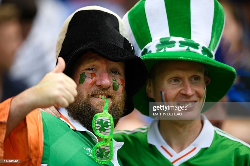 Ireland supporters cheer prior to the Euro 2016 round of 16 football match between France and Republic of Ireland at the Parc Olympique Lyonnais stadium in Décines-Charpieu, near Lyon, on June 26, 2016. / AFP / MARTIN