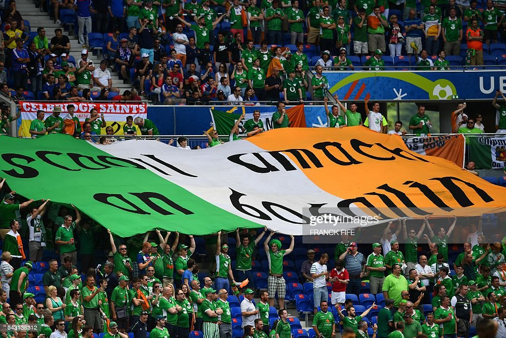 Ireland supporters cheer prior to the Euro 2016 round of 16 football match between France and Republic of Ireland at the Parc Olympique Lyonnais stadium in Décines-Charpieu, near Lyon, on June 26, 2016. / AFP / FRANCK