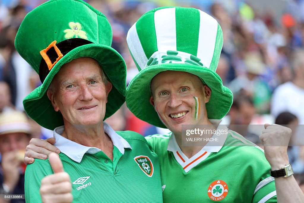 Ireland supporters pose ahead the Euro 2016 round of 16 football match between France and Republic of Ireland at the Parc Olympique Lyonnais stadium in Décines-Charpieu, near Lyon, on June 26, 2016. / AFP / Valery HACHE