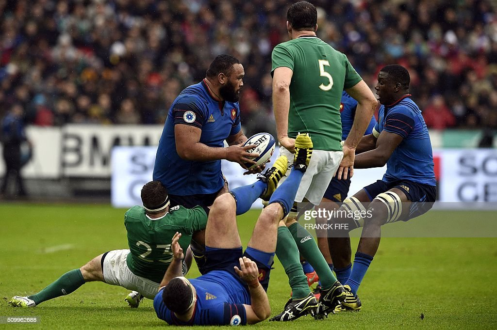 Ireland's centre Fergus McFadden (L) tackles Frances tight head prop Uini Atonio (C) during the Six Nations international rugby union match between France and Ireland on February 13, 2016 at the Stade de France in Saint-Denis, north of Paris. AFP PHOTO / FRANCK FIFE / AFP / FRANCK FIFE