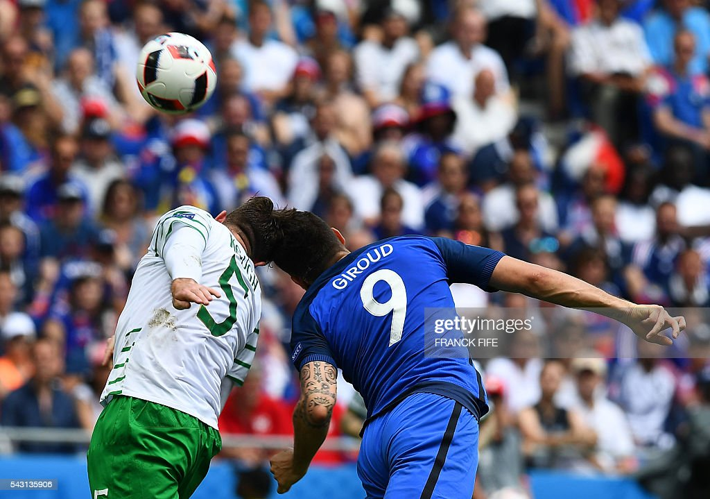 Ireland's defender Richard Keogh (L) and France's forward Olivier Giroud vie for the ball during the Euro 2016 round of 16 football match between France and Republic of Ireland at the Parc Olympique Lyonnais stadium in Décines-Charpieu, near Lyon, on June 26, 2016. / AFP / FRANCK