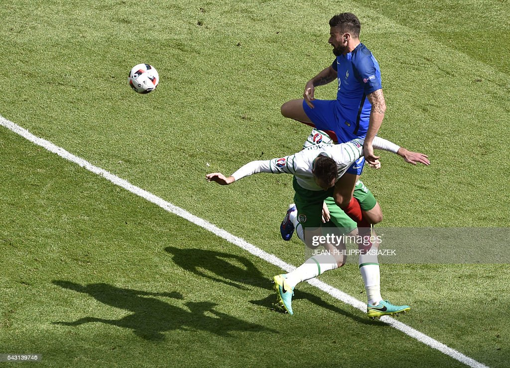 Ireland's defender Richard Keogh and France's forward Olivier Giroud vie for the ball during the Euro 2016 round of 16 football match between France and Republic of Ireland at the Parc Olympique Lyonnais stadium in Décines-Charpieu, near Lyon, on June 26, 2016. / AFP / JEAN