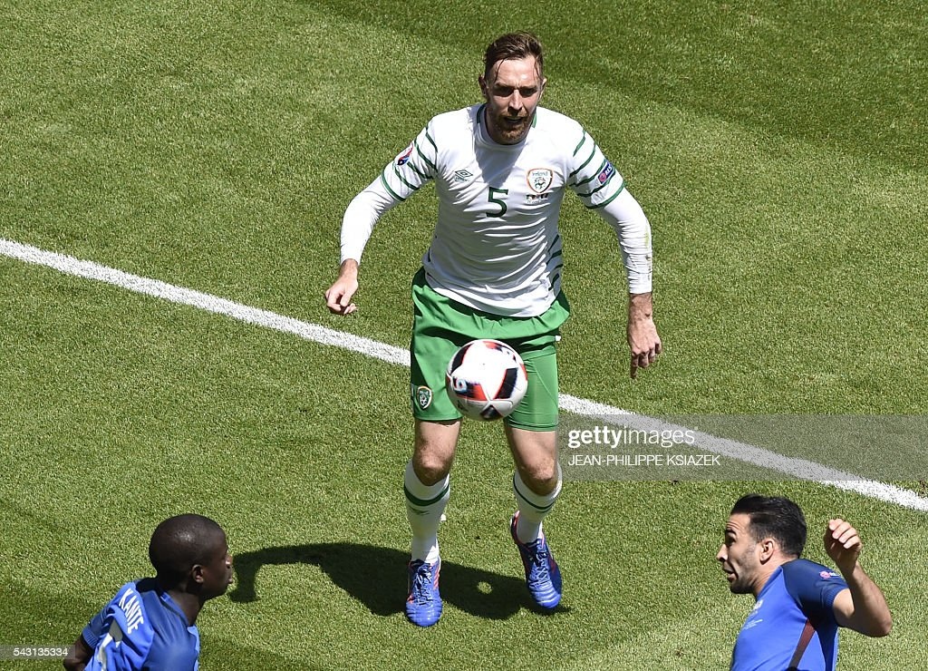 Ireland's defender Richard Keogh (C) and France's midfielder N'Golo Kante (L) and France's defender Adil Rami vie for the ball during the Euro 2016 round of 16 football match between France and Republic of Ireland at the Parc Olympique Lyonnais stadium in Décines-Charpieu, near Lyon, on June 26, 2016. / AFP / JEAN