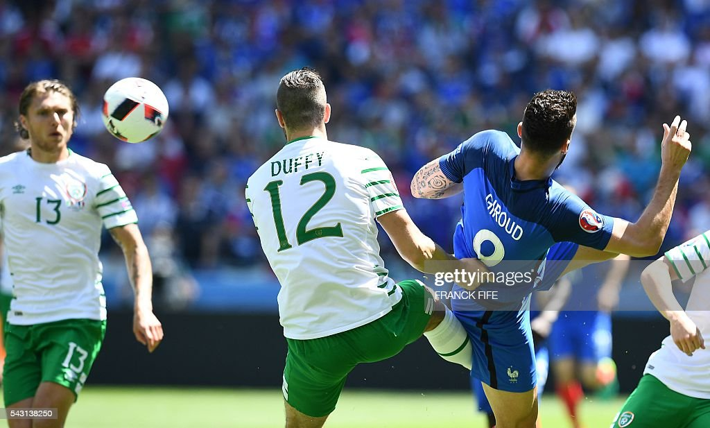 Ireland's defender Shane Duffy (C-L) and France's forward Olivier Giroud (R) vie for the ball during the Euro 2016 round of 16 football match between France and Republic of Ireland at the Parc Olympique Lyonnais stadium in Décines-Charpieu, near Lyon, on June 26, 2016. / AFP / FRANCK