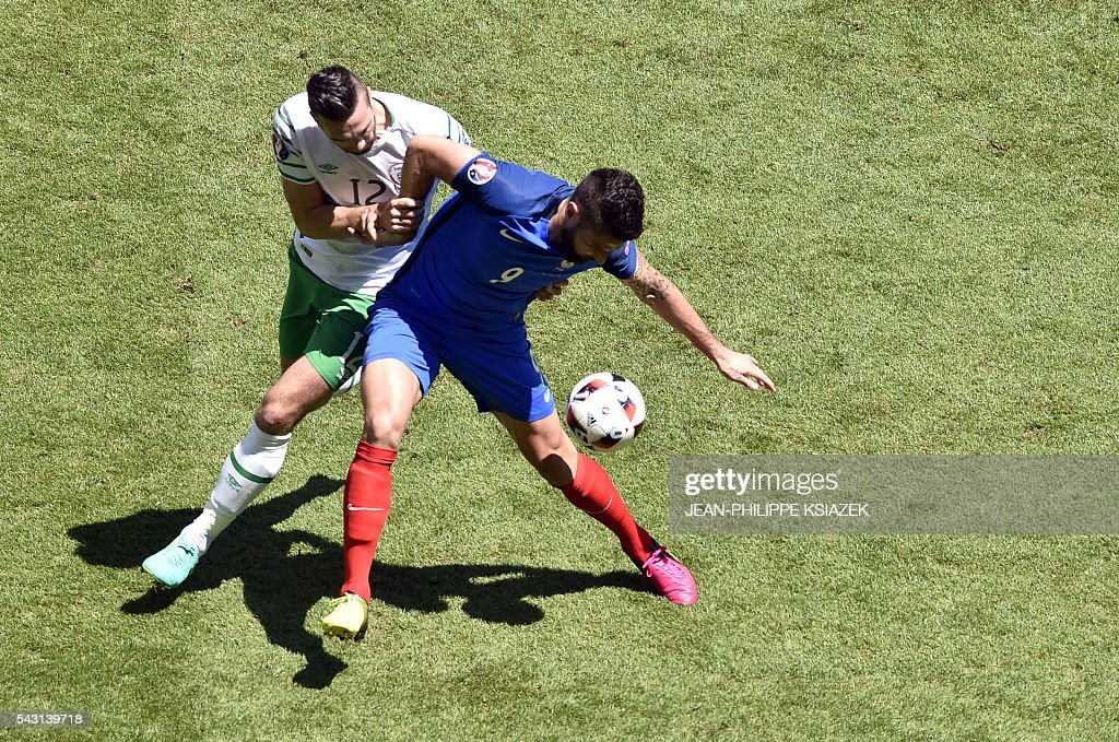 Ireland's defender Shane Duffy and France's forward Olivier Giroud vie for the ball during the Euro 2016 round of 16 football match between France and Republic of Ireland at the Parc Olympique Lyonnais stadium in Décines-Charpieu, near Lyon, on June 26, 2016. / AFP / JEAN