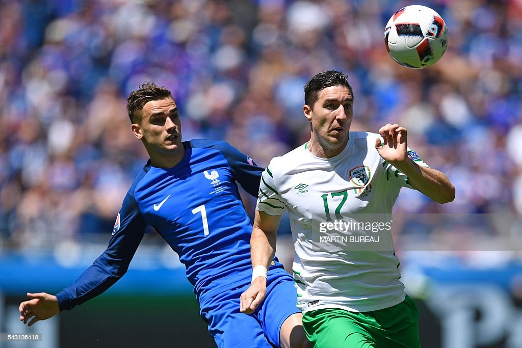 Ireland's defender Stephen Ward (R) and France's forward Antoine Griezmann vie for the ball during the Euro 2016 round of 16 football match between France and Republic of Ireland at the Parc Olympique Lyonnais stadium in Décines-Charpieu, near Lyon, on June 26, 2016. / AFP / MARTIN