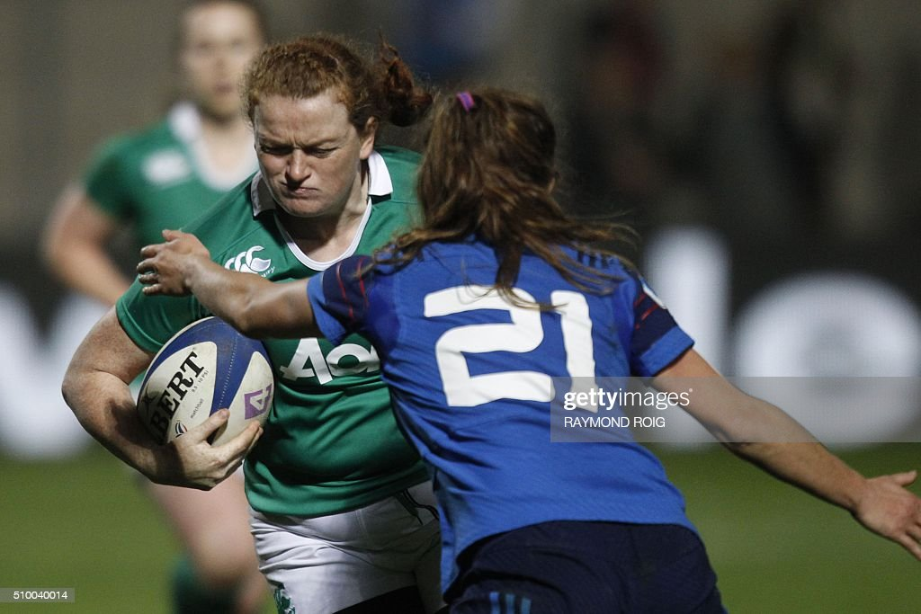 Ireland's flanker Fiona Reidy (L) runs with the ball during the Women's Six Nations rugby union match France vs Ireland, on February 13, 2016 in Perpignan. / AFP / RAYMOND ROIG