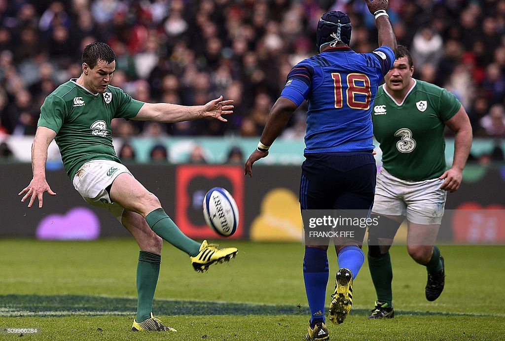 Ireland's fly half Jonathan Sexton (L) kicks the ball during the Six Nations international rugby union match between France and Ireland on February 13, 2016 at the Stade de France in Saint-Denis, north of Paris. AFP PHOTO / FRANCK FIFE / AFP / FRANCK FIFE
