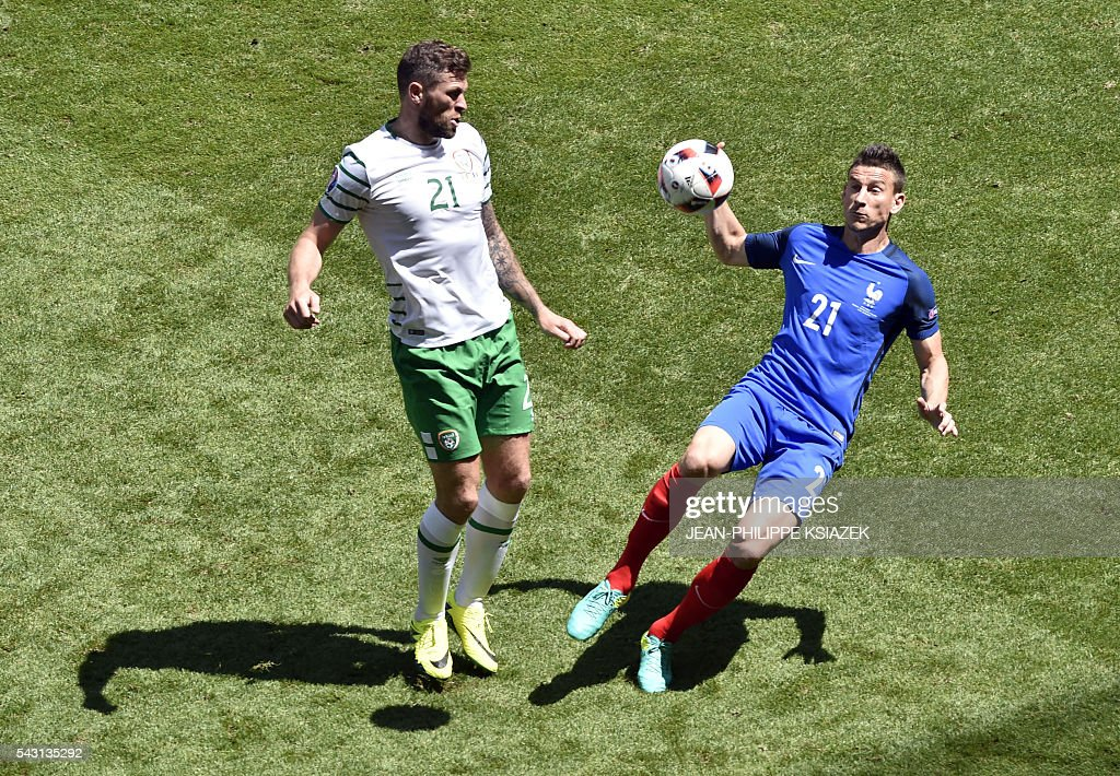 Ireland's forward Daryl Murphy (L) and France's defender Laurent Koscielny vie for the ball during the Euro 2016 round of 16 football match between France and Republic of Ireland at the Parc Olympique Lyonnais stadium in Décines-Charpieu, near Lyon, on June 26, 2016. / AFP / JEAN