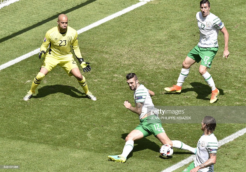 Ireland's goalkeeper Darren Randolph, Ireland's defender Shane Duffy, Ireland's midfielder Jeffrey Hendrick and Ireland's defender Stephen Ward run for the ball during the Euro 2016 round of 16 football match between France and Republic of Ireland at the Parc Olympique Lyonnais stadium in Décines-Charpieu, near Lyon, on June 26, 2016. / AFP / JEAN