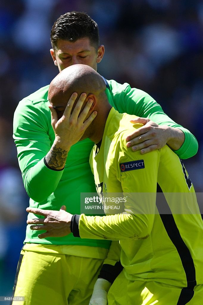 Ireland's goalkeeper Darren Randolph (foreground) is comforted by Ireland's goalkeeper Keiren Westwood after the Euro 2016 round of 16 football match between France and Republic of Ireland at the Parc Olympique Lyonnais stadium in Décines-Charpieu, near Lyon, on June 26, 2016. / AFP / MARTIN