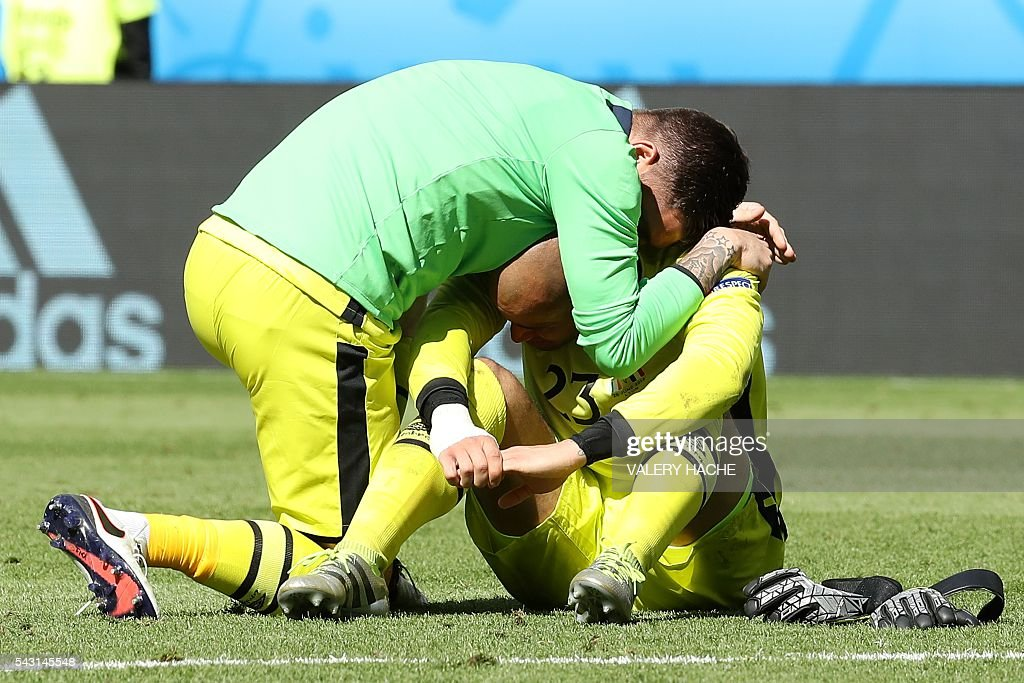 Ireland's goalkeeper Darren Randolph (R) is comforted by Ireland's goalkeeper Keiren Westwood after the Euro 2016 round of 16 football match between France and Republic of Ireland at the Parc Olympique Lyonnais stadium in Décines-Charpieu, near Lyon, on June 26, 2016. France won the match 2-1. / AFP / Valery HACHE