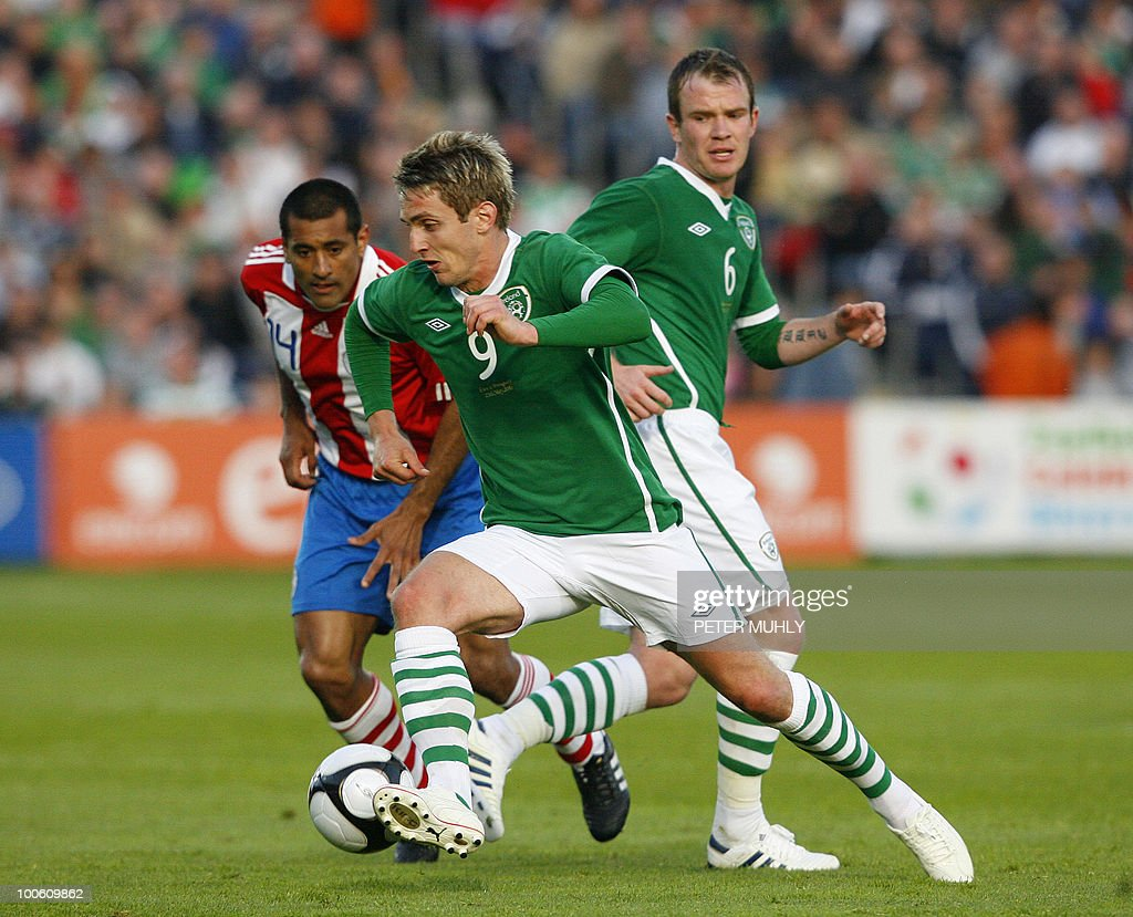 Ireland's Kevin Doyle (C) and Glenn Whelan (R) vies for the ball against Paraguay's Paulo Da Silva (L) during a international friendly match at the RDS Arena in Dublin, on May 25, 2010. AFP PHOTO/Peter Muhly