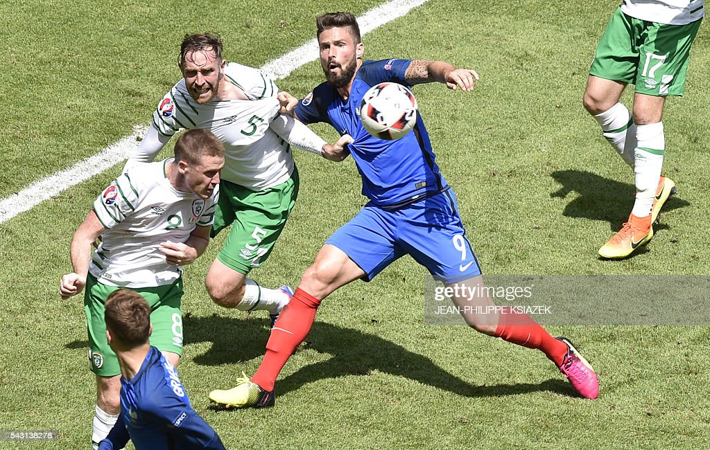 Ireland's midfielder James McCarthy (2L) heads the ball during the Euro 2016 round of 16 football match between France and Republic of Ireland at the Parc Olympique Lyonnais stadium in Décines-Charpieu, near Lyon, on June 26, 2016. / AFP / JEAN