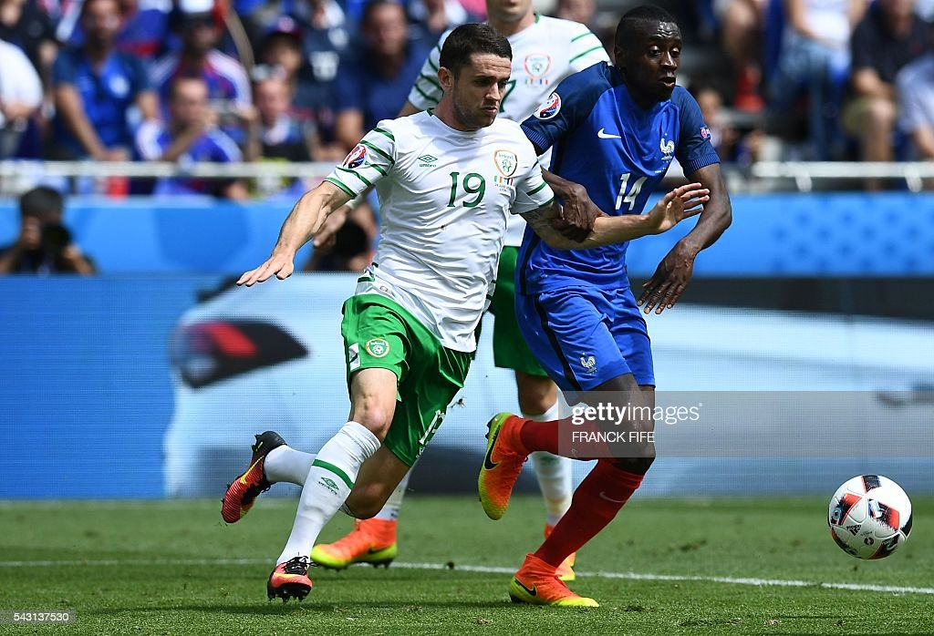 Ireland's midfielder Robert Brady (L) and France's midfielder Blaise Matuidi vie for the ball during the Euro 2016 round of 16 football match between France and Republic of Ireland at the Parc Olympique Lyonnais stadium in Décines-Charpieu, near Lyon, on June 26, 2016. / AFP / FRANCK
