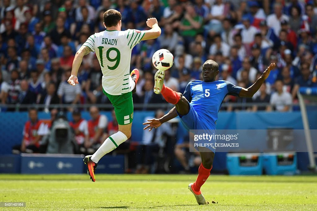 Ireland's midfielder Robert Brady (L) and France's midfielder N'Golo Kante vie for the ball during the Euro 2016 round of 16 football match between France and Republic of Ireland at the Parc Olympique Lyonnais stadium in Décines-Charpieu, near Lyon, on June 26, 2016. / AFP / PHILIPPE