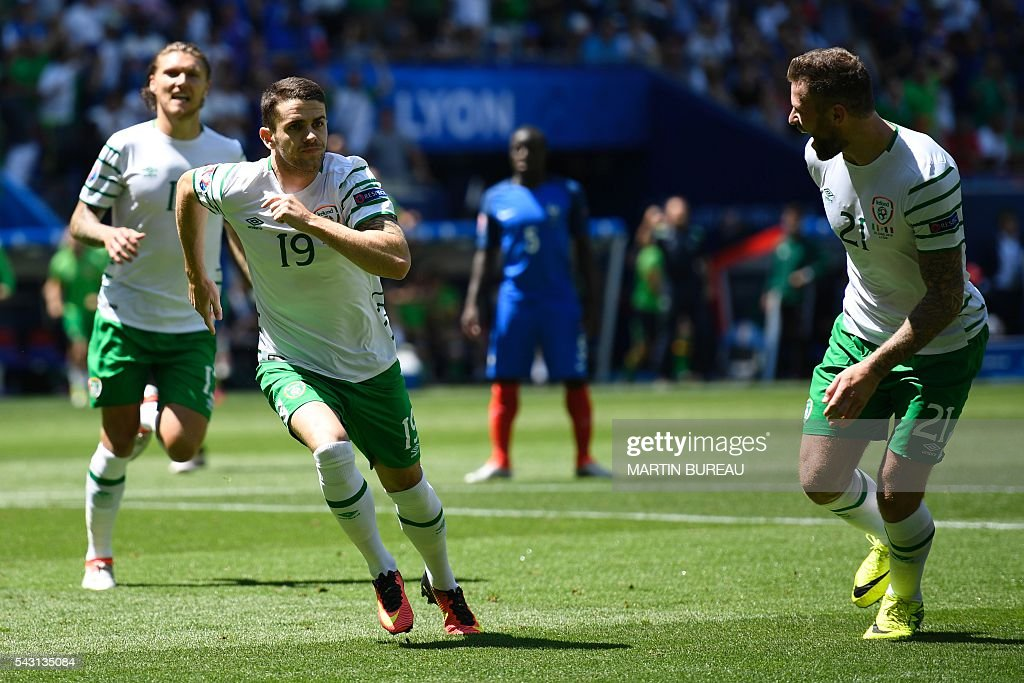 Ireland's midfielder Robert Brady (C) celebrates after scoring during the Euro 2016 round of 16 football match between France and Republic of Ireland at the Parc Olympique Lyonnais stadium in Décines-Charpieu, near Lyon, on June 26, 2016. / AFP / MARTIN
