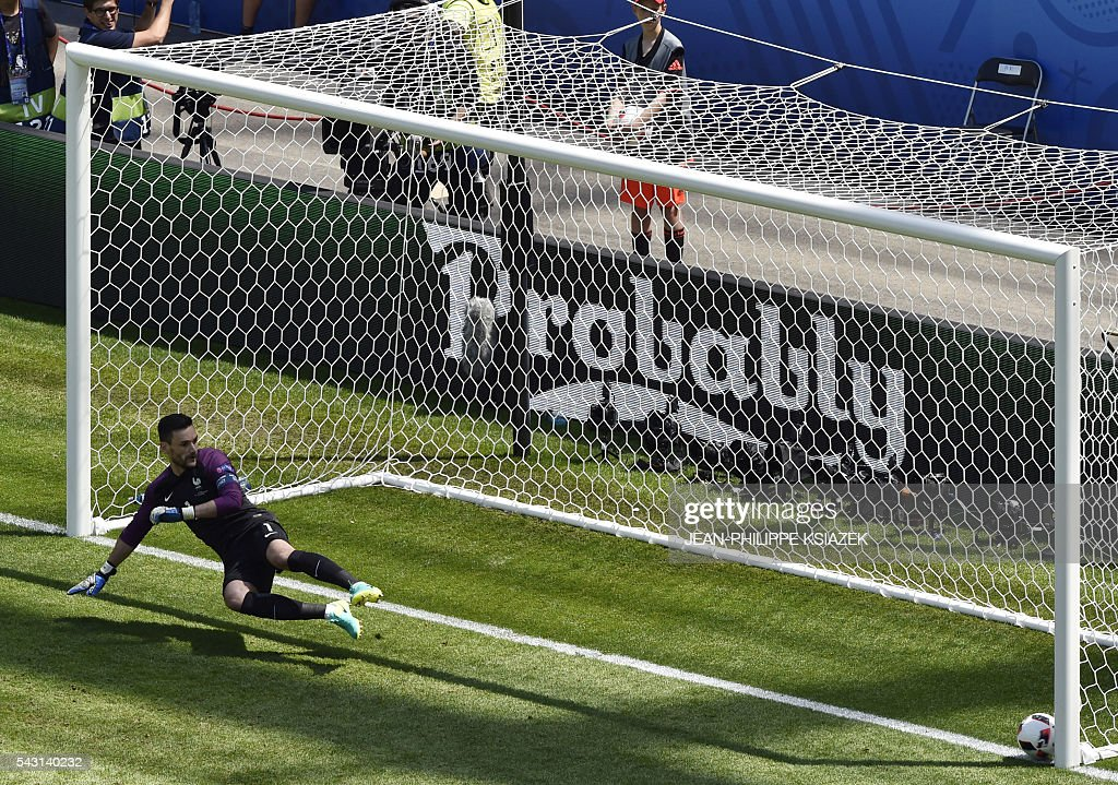 TOPSHOT - Ireland's midfielder Robert Brady (not pictured) scores the opening goal past France's goalkeeper Hugo Lloris during the Euro 2016 round of 16 football match between France and Republic of Ireland at the Parc Olympique Lyonnais stadium in Décines-Charpieu, near Lyon, on June 26, 2016. / AFP / JEAN
