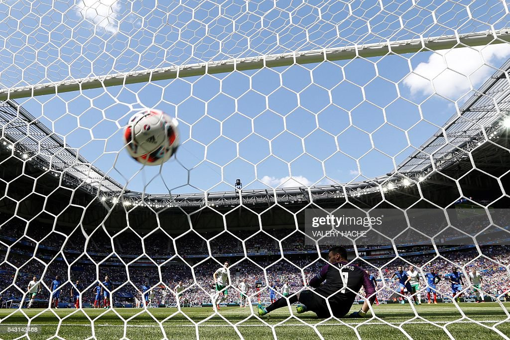 Ireland's midfielder Robert Brady scores the opening goal past France's goalkeeper Hugo Lloris during the Euro 2016 round of 16 football match between France and Republic of Ireland at the Parc Olympique Lyonnais stadium in Décines-Charpieu, near Lyon, on June 26, 2016. / AFP / Valery HACHE