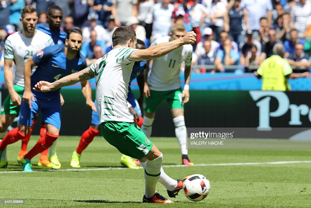 Ireland's midfielder Robert Brady shoots to score the opening goal during the Euro 2016 round of 16 football match between France and Republic of Ireland at the Parc Olympique Lyonnais stadium in Décines-Charpieu, near Lyon, on June 26, 2016. / AFP / Valery HACHE