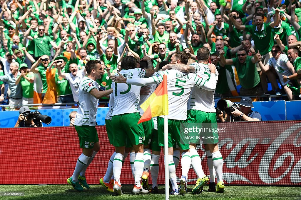 Ireland's players celebrate after scoring during the Euro 2016 round of 16 football match between France and Republic of Ireland at the Parc Olympique Lyonnais stadium in Décines-Charpieu, near Lyon, on June 26, 2016. / AFP / MARTIN
