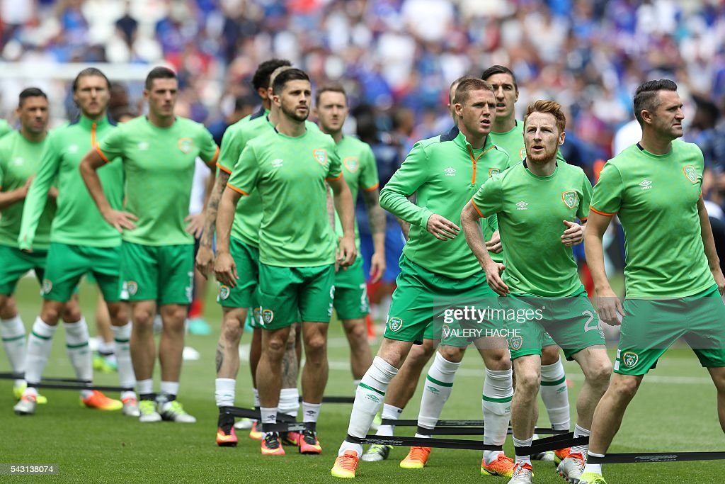 Ireland's players warm up ahead the Euro 2016 round of 16 football match between France and Republic of Ireland at the Parc Olympique Lyonnais stadium in Décines-Charpieu, near Lyon, on June 26, 2016. / AFP / Valery HACHE
