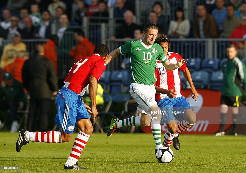 Ireland's Robbie Kean (C) vies for the ball with Paraguay's Paulo Da Silva (L) and Enrique Vera (R) during a international friendly match at the RDS Arena in Dublin, Ireland May 25, 2010. AFP PHOTO/Peter Muhly