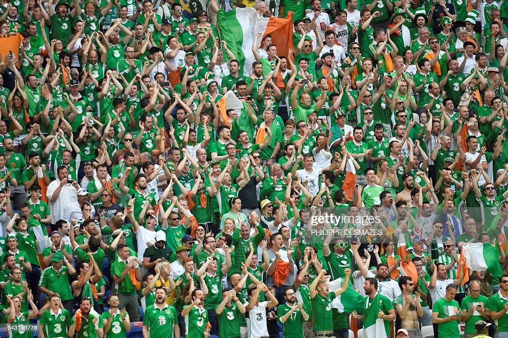 Ireland's supporters cheer ahead the Euro 2016 round of 16 football match between France and Republic of Ireland at the Parc Olympique Lyonnais stadium in Décines-Charpieu, near Lyon, on June 26, 2016. / AFP / PHILIPPE