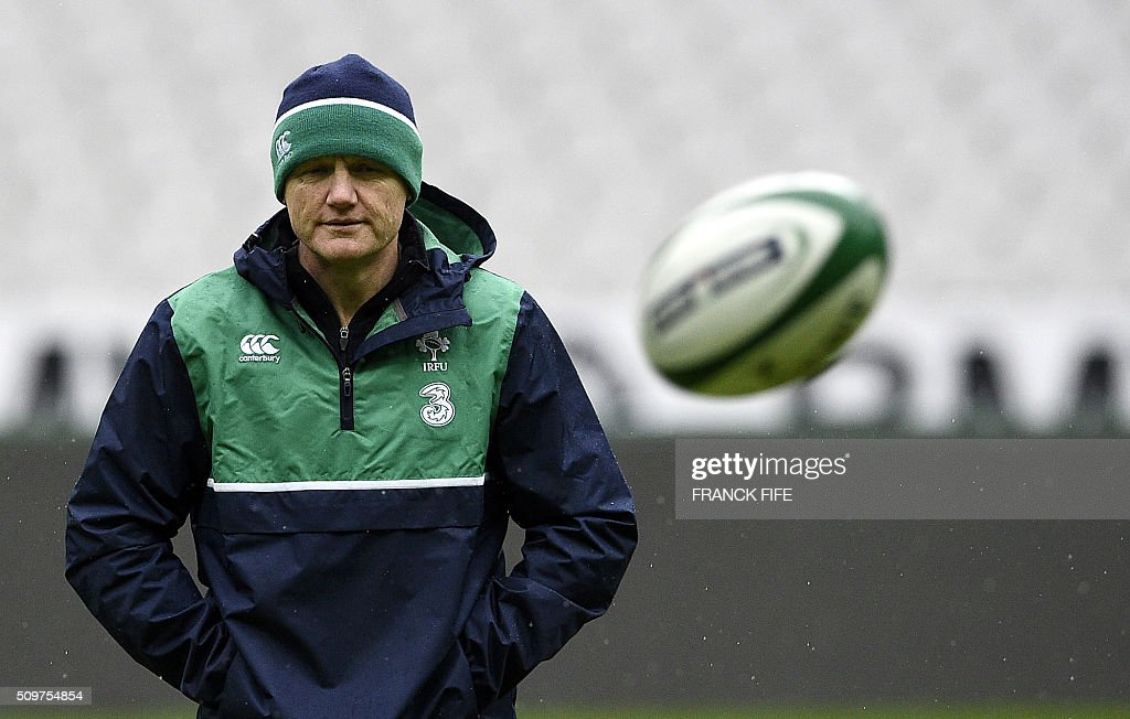 Irelands's head coach Joe Schmidt (R) watches his players during a training session on February 12, 2016 at the Stade de France stadium in Saint-Denis, north of Paris, on the eve of their Rugby Union 6 Nations match against France. / AFP / FRANCK FIFE