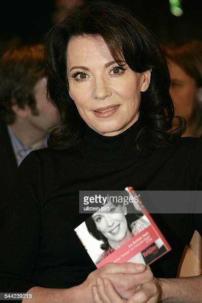 Iris Berben Schauspielerin D mit einer HörbuchCD der Zeitschrift BRIGITTE