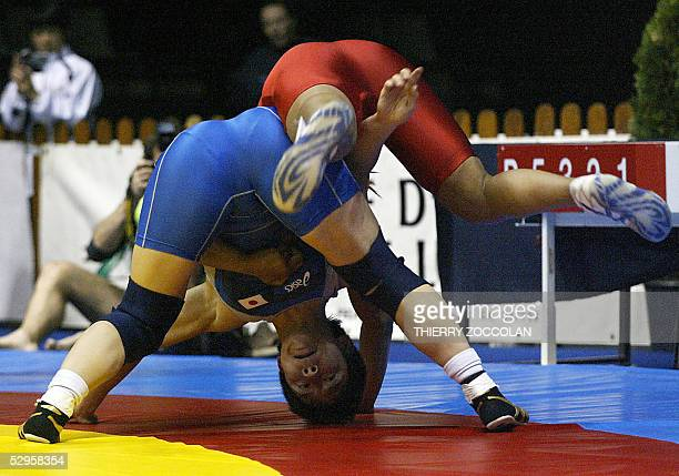 Iris Smith vies with Japan's Kyoko Hamaguchi during a World Cup Wrestling firstround under72 kilograms match 20 May 2005 in ClermontFerrand AFP PHOTO...