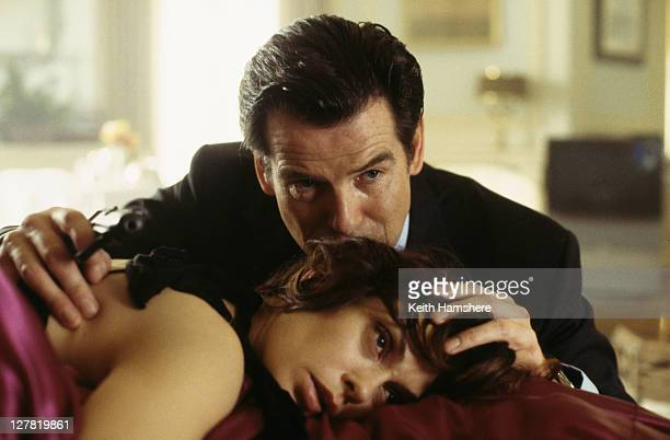 Irish actor Pierce Brosnan as 007 bids farewell to his murdered lover Paris Carver played by actress Teri Hatcher in the James Bond film 'Tomorrow...
